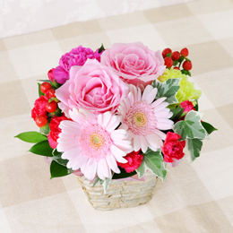 一緒にお届けするアレンジメントです。バラをメインに仕立てた上品なイメージのアレンジメントです。
