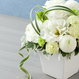 花と花の間を繋ぐ二種類のグリーンは故人様とのつながりを表現しました。