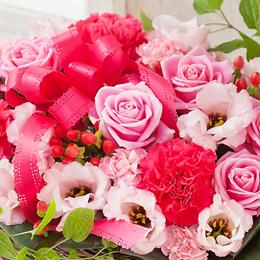 まるで砂糖菓子のようなベビーピンク色から鮮やかなピンクのグラデーションの花々が華やかな印象ですのアレンジメントです。
