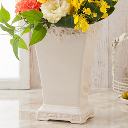 上品な陶器製花器にアレンジしました。