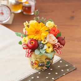 まるでプーさんが森で摘んできたような可愛らしい花々とリンゴや実ものを合わせたアレンジメントです。