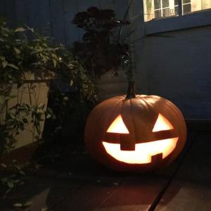手作りジャック・オー・ランタンを玄関に飾って、帰ってきた家族を驚かせちゃおう!