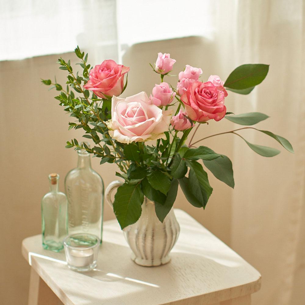 バラとユーカリの北欧風花束|花束セット「フラワーベースセット(ピンクローズとユーカリ)」|愛らしいバラの花束とフラワーベースをセットでお届け|フラワーギフト 花 ギフト プレゼント 贈り物 お祝い メッセージ 誕生日 記念日 結婚 送別 お見舞い お返し